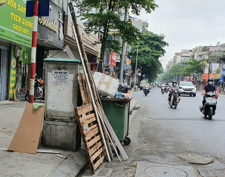Chất thải rắn sinh hoạt chưa được phân loại tại một điểm tập kết rác tên phố Khâm Thiên