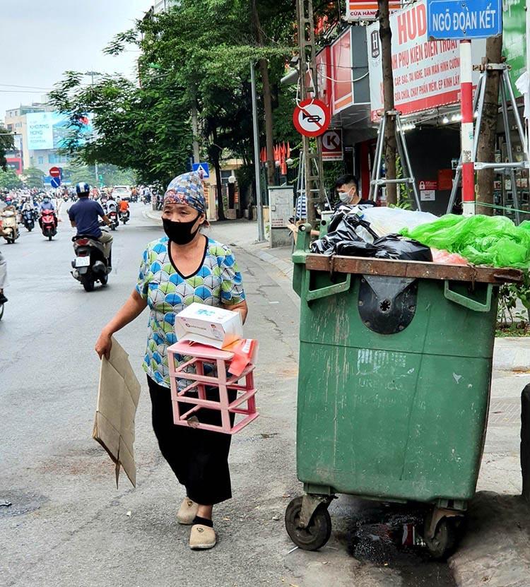 Nhặt rác tái chế tại một điểm tập kết rác ở Hà Nội